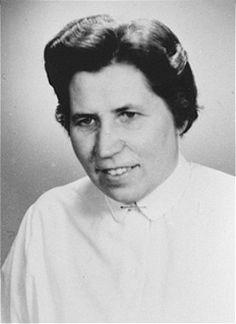 """Waltraud Kusserow, Testemunha de Jeová, foi presa várias vezes por se negar a fazer a saudação nazista  """"Heil Hitler"""" (Salve Hitler). Ela passou dois anos e meio na prisão. Alemanha.  Foto tirada depois de 1945."""