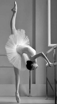 Ballet is a European classical dance that originated in the Italian Renaissance. One of the most important characteristics of ballet is that the actress is… Dance Photography Poses, Dance Poses, Ballerina Photography, Photography Ideas, Ballet Pictures, Dance Pictures, Ballet Art, Ballet Dancers, Ballerinas