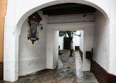 Pasaje de la plaza de Santa Marta en el Barrio de Santa Cruz en Sevilla