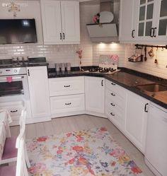 The kitchen is cheered with patterned carpet, simple bathroom. Kitchen Ikea, Home Decor Kitchen, Wall Cupboards, Kitchen Cabinets, Kitchen Backsplash, Kitchen Countertops, Küchen Design, Rustic Design, Room Interior
