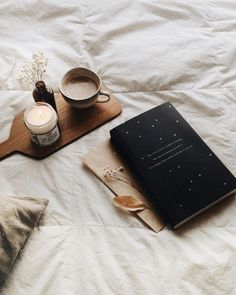 The book is The Night Circus – great book! Das Buch ist The Night Circus – tolles Buch! Flat Lay Photography, Coffee Photography, Tableaux D'inspiration, Book Flatlay, Photo Images, Night Circus, Coffee And Books, Coffee In Bed, Coffee Time