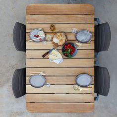 Cane-Linen tiikkikantisen pöydän sirot, alumiiniset jalat saavat aikaan ilmavan vaikutelman ja keveytensä ansiosta pöytä on helposti liikuteltavissa. Yhdistä pöydän kanssa saman sarjan istuimet ja saat terassillesi modernin, sulavalinjaisen ruokailuryhmän.