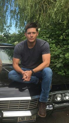 Jensen Ackles ~ on set… july 2016 Jensen Ackles Supernatural, Jensen Ackles Jared Padalecki, Winchester Supernatural, Supernatural Tv Show, Jared And Jensen, Winchester Boys, Winchester Brothers, Dean Winchester Outfit, Supernatural Quotes