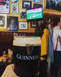 Et c'est parti pour un bon mois de rugby (et de bières)  #6Nations #Brexit #France #Angleterre #England #Rugby #Guinness #Pub #IrishPub #Milan Guinness, C'est Bon, Pint Glass, Rugby, Milan, Beer, Photos, Instagram, Root Beer