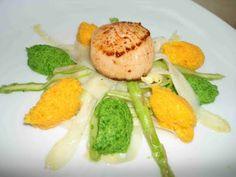 Jakobsmuschel, roher Spargelsalat, Bärlauch- und Karottenmousse