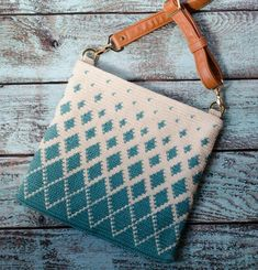 What a gorgeous tapestry crochet body bag! The Titan Tapestry Crochet Bag is an easy to make bag that looks beautiful! Learn tapestry crochet to take your crochet to the next level! Poncho Au Crochet, Bag Crochet, Crochet Shell Stitch, Crochet Clutch, Crochet Handbags, Crochet Purses, Crochet Gifts, Crochet Food, Tapestry Crochet Patterns