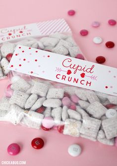 I have a sweet little treat for you today – free printable Cupid Crunch Valentine's Day labels! They make really adorable bags of treats that your kids (or you!) can give away on Valentine's Day. And you won't believe how easy these were to make. Valentines Day Food, Kinder Valentines, Valentine Treats, Valentine Box, Valentine Day Crafts, Valentines Day Gifts For Friends, Homemade Valentines, Valentines Goodie Bags, Walmart Valentines
