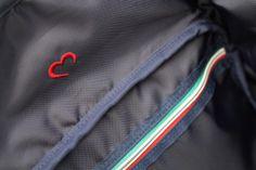 クオーレマークの刺繍やイタリアントリコロールカラーのラインなど細部までデザインに拘っている