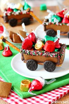 Santa just might want to trade in his sleigh for this adorable (and edible!) Christmas wagon