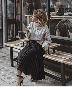 The pleated midi skirt - Stylée.fr - - La jupe midi plissée 🖤 How to wear your pleated midi skirt? Tips and ideas on outfits stylee.fr / … Here: Pleated midi skirt + sweater + sandals # JupeMidiPlissée skirt # TenueJupePlissée # # - Mode Outfits, Skirt Outfits, Fall Outfits, Summer Outfits, Pleated Skirt Outfit Casual, Black Pleated Skirt Outfit, Dress Black, Early Spring Outfits, Diy Outfits