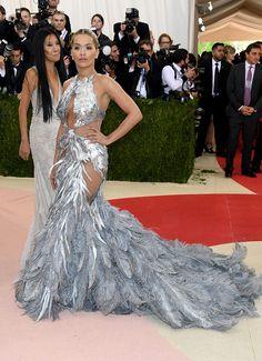 Rita Ora en custom made Vera Wang | Galería de fotos 92 de 174 | VOGUE