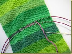 Tutorial: Afterthought heel on self-striping sock Knitting Basics, Loom Knitting, Knitting Socks, Knitting Stitches, Knitting Projects, Hand Knitting, Crochet Socks, Knitted Slippers, Knit Crochet