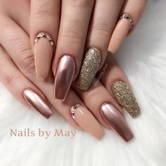 Metallic nails, aka chrome nails, are a trend that will make your nails look chic and classy. Check out our suggestions for achieving trendy nails this season. Fabulous Nails, Gorgeous Nails, Pretty Nails, Metallic Nails, Glitter Nails, Nude Nails, Gold Glitter, Matte Nails, Bronze Nails