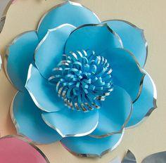 ¡Finalmente, encontramos la manera de hacer flores grandes de color brillante! Probamos mucho antes con pétalos de capas dobles, brillante línea de marcador a lo largo del borde, aerosol, pintura, ect. Hasta que aplicamos el papel y aprendió a colocar al borde de los pétalos en forma