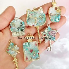 Alice in Wonderland Lilninja Flair UV Resin Charms 💙Which design is your favorite? I was really inspired to make more Alice themed charms, . Kawaii Jewelry, Cute Jewelry, Uv Resin, Resin Art, Resin Jewelry, Jewelry Crafts, Polymer Clay Kawaii, Kawaii Crafts, Resin Tutorial