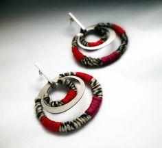 Aros de acero y plata con hilo de seda y lana de oveja embarrilados Por Ana Nadjar