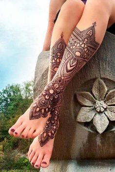 A henna tattoo is a temporary tattoo made with henna. It can be placed anywhere on a body, and the choice of designs is great. Henna is an Arabic word, referring to a paste that consists of crushed branches, leaves of a Henna plant. Mehndi Tattoo, Henna Tattoo Designs, Henna Tattoos, Leg Henna Designs, Bridal Henna Designs, Tatuajes Tattoos, Beautiful Henna Designs, Leg Tattoos, Body Art Tattoos