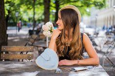 """Für einen unvergesselichen Wiesn-Besuch braucht jede modebewusste Frau das perfekte Outfit. Aber ein traditionelles Dirndl allein macht noch keinen gelungenen Wiesn-Look. Erst mit den richtigen Accessoires heben Sie sich von der Masse ab!  Darum lohnt sich die Investition in eine Mini-Bag """"Herzl"""" doppelt!  Wiesn Must-Have: #Cassinel #Dirndltasche in #Herzform:"""