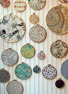 10 Upcycled Art Projects: If You Love It, Hang It! Embroidery hoops & well-chosen fabric swatches – great idea for a sewing or crafting room wall. Diy Projects Using Embroidery Hoops, Embroidery Hoop Crafts, Fabric Wall Art, Framed Fabric, Fabric Wall Hangings, Fabric Wall Decor, Home And Deco, Vintage Fabrics, Fabric Swatches