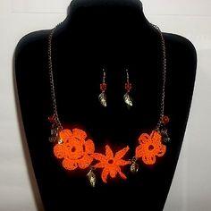 Collar 73: flores naranjas y dijes. Con aros. Ch$6.000.