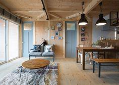 ロフト付き平屋,LOAFERの物件実例ページです。埼玉県のヴィンテージヴァリューの物件です。カフェ+アンティークな可愛い内観は、女性必見!別荘の様な広い庭と、3連窓、ウッドデッキの組み合わせは、カフェ好きな女性やアンティークが好きな方に人気です。 Cabin Design, House Design, Dining Table, Interior Design, Architecture, Room, Furniture, Home Decor, Nest Design