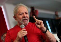 O advogado Cristiano Zanin Martins, defensor do ex-presidente Luiz Inácio Lula da Silva (PT), entregou o passaporte do seu cliente na manhã desta sexta-feira (26) na sede da Polícia Federal de S�
