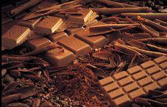 Symbole de la Suisse, le chocolat est un art. Véritable agitateurs de sens, nos deux artisans sauront vous délecter.
