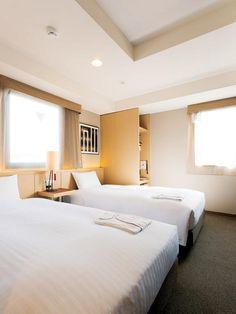 シングルの客室でも、ベッドは幅150センチの広めサイズを採用。ほとんどの部屋が洗い場の付いた浴室になっている。