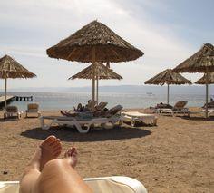 Los geht meine Reise durch Jordanien in Aqaba. Und bei Sonne, Strand und Meer muss ein solches Bild natürlich sein. Strand, Portal, Video Game, Games, Outdoor Decor, Home Decor, Sun, Nature, Travel