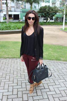 Nanda Pezzi - Blazer, calça marsala e tênis de oncinha