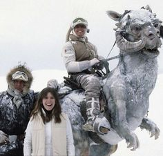 Harrison Ford as Han Solo, Carrie Fisher as Princess Leia and Mark Hamill as Luke Skywalker posing by a Tauntaun from a Star Wars The Empire Strikes Back behind the scenes photo Film Star Wars, Star Wars Episoden, Star Wars Cast, Star Wars Icons, Images Star Wars, Star Wars Pictures, Star Images, Bts Pictures, Mark Hamill