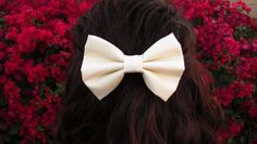 All you need to know about how to wear hair bow clips in sweet, casual or elegant styles. Make the most out of your hair with pretty hair bows, it's easy! Cream Hair Bows, Big Hair Bows, Bow Hair Clips, Hair Ties, Bow Clip, Beach Wave Hair, Bow Accessories, Hair Color Dark, Colored Highlights