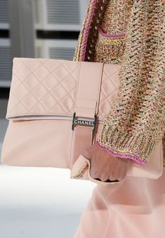 Сумка-основной аксессуар каждой девушки, который выгодно дополняет стильный образ в целом. Мода на сумки меняется с каждым сезоном, постоянно появляются какие-то новинки и тренды. Весенне-летний се…