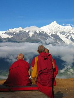 ♔ People from around the World: Snow Mountain & Monks -- Meili, Yunnan - Tibet >> from United Nations for a Free Tibet Buddhist Monk, Tibetan Buddhism, Buddha Buddhism, Magic Places, Places To Go, Voyage Nepal, Le Tibet, Little Buddha, Dalai Lama