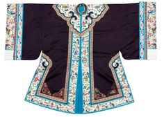 China, silk jacket, dark blue pattern woven silk with medallions of the eternal knot, fish, cloud bands and urns as well as polychrome embroidered corner ornaments. Ivory edgings with embroidered figure scenes in landscapes. Light blue silk lining. Early 20th c