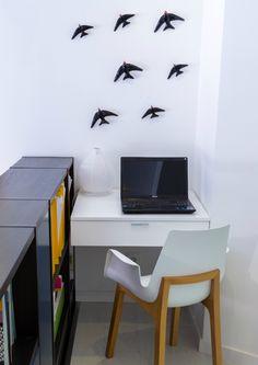 Um cantinho para servir de secretária e parede enfeitada com andorinhas da fábrica Bordalo Pinheiro . Caldas da Rainha - Portugal