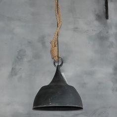 Stoere hanglamp van metaal met touw. Afmeting 35,5x35,5x36cm