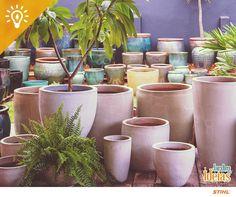 Ao montar vasos, adicione primeiro uma camada de pedriscos ou de argila expandida.  Cubra com uma manta de poliéster para drenagem e só então acrescente o substrato e a planta. ;)