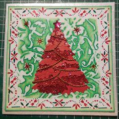 Kerstkaart: achtergrond bewerkt met embossingmal met te gekke krijtjes. Hobbydots en een funnie kerstboom maken het af.