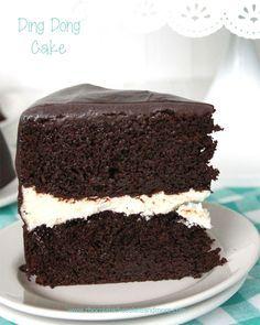 Pastel de Ding Dong Cake-rica del diablo, un relleno de crema de vainilla y cubierto de ganache de chocolate!