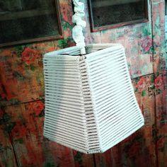"""Lámpara """"NEST"""" tejida en piolin de algodón blanco combinado con piolin de yute."""