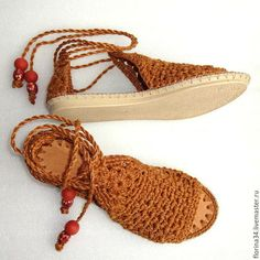 Arts and crafts fair. Crochet Shoes Pattern, Shoe Pattern, Crochet Patterns, Plaid Crochet, Love Crochet, Crochet Sandals, Crochet Slippers, Knitting Designs, Crochet Designs