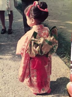 Japanese maiden in traditional kimono robes and accessories Japanese Outfits, Japanese Fashion, Beautiful Children, Beautiful Babies, Cute Kids, Cute Babies, Memoirs Of A Geisha, Yukata Kimono, Kids Around The World