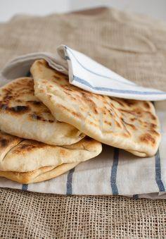 Pane naan al formaggio Ingredienti per 4 persone: 300 g di farina 00; 5 g di lievito di birra disidratato; 125 g di yogurt bianco intero; 2...