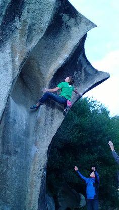 James Pearson tenta di raggiungere il top di questo fantastico highball ad Arzachena.