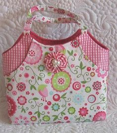 Cute purse pattern, but what I love is the free motion quilted white background!