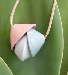 Colgante de cuero y porcelana con varios colores