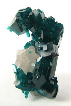 Dioptase on Quartz. rocks-gems-and-minerals; love the shape of this piece Minerals And Gemstones, Rocks And Minerals, Cool Rocks, Beautiful Rocks, Mineral Stone, Rocks And Gems, Stones And Crystals, Gem Stones, Healing Stones