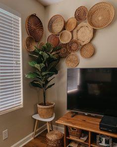 Decor, Home Decor Inspiration, Home Living Room, Plates On Wall, Home Decor, Apartment Decor, Home Deco, Baskets On Wall, Tv Wall Decor