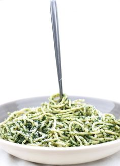 This Spaghetti with Spinach Sauce recipe is a super simple, quick, healthy and really flavorful.